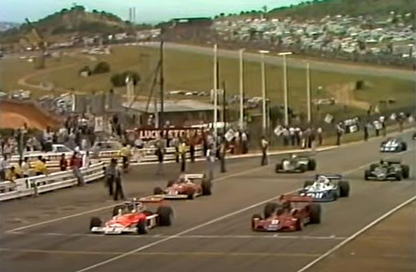 O brasileiro, à direita, com sua Brabham, ao lado do pole James Hunt em Kyalami. Foto: Reprodução