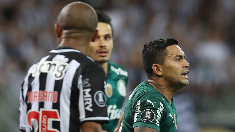 Galo questionava a invasão de Deyverson no gol de Dudu. Foto: Cesar Greco