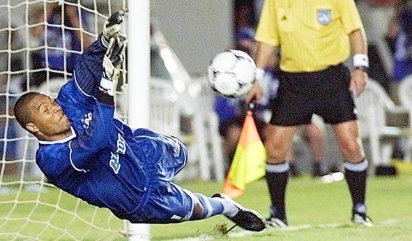 Goleiro brilhou no duelo com Raí na semifinal do Brasileirão de 1999. Foto: Reprodução