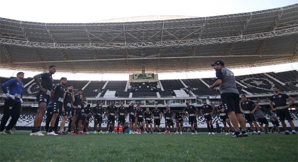 O técnico Enderson Moreira conversa com seu elenco no Engenhão. Foto: Botafogo/Divulgação