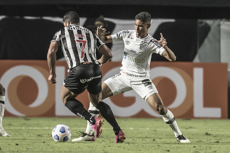 Galo tenta manter a vantagem na liderança, enquanto o Peixe busca se afastar do Z4. Foto: Ivan Storti/Santos FC