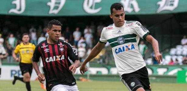 Romercio, do Coritiba, disputa bola com Ederson, do Atlético-PR, em jogo do estadual. Foto: Cleber Yamaguchi/AGIF/Via UOL