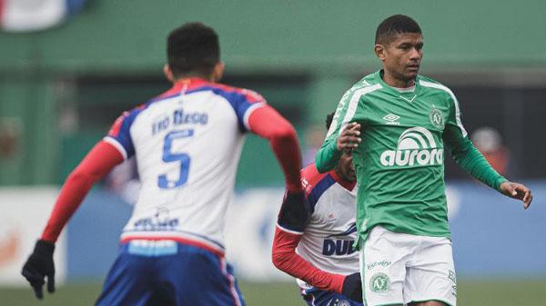 Márcio Araújo, da Chapecoense, tenta jogada durante partida contra o Bahia. Foto: Matheus Sebenello/AGIF/Via UOL