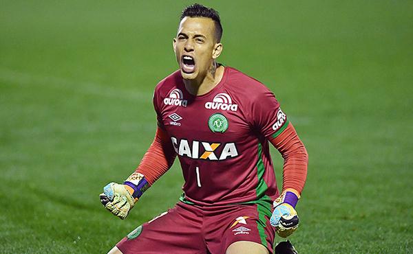 """Ex-goleiro da Chapecoense e do Londrina comentou a boa fase e o apelido """"Paredão de Barbatanas"""""""