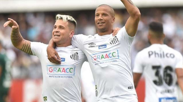 Mesmo com o espetáculo do Santos em campo contra o Goiás, houve quem escolheu ofender a comemorar. Foto: UOL