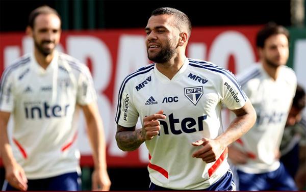 Daniel Alves e Juanfran não participaram de treino tático no CT da Barra Funda. Foto: Rubens Chiri / saopaulofc.net