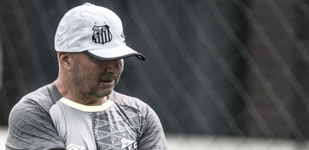 Sampaoli não gostou muito do que viu em seu primeiro treino no Santos
