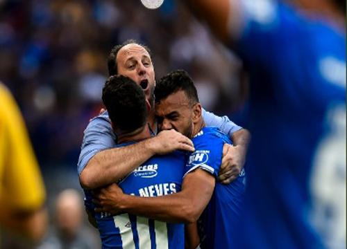 O Cruzeiro venceu o Santos, por 2 x 0, no Mineirão, pelo Campeonato Brasileiro