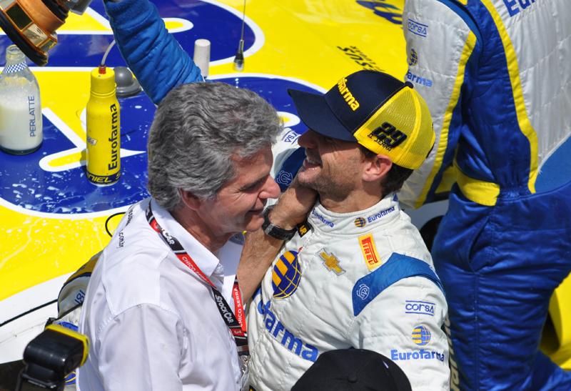 O piloto comemorou o título com o pai, Chico Serra, tricampeão da categoria. Foto: Marcos Júnior Micheletti/Portal TT