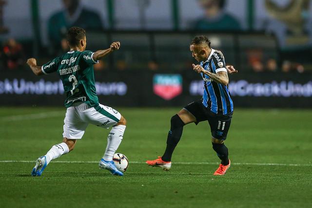 O atacante do Grêmio é uma jóia rara neste futebol de toques previsíveis . Foto: LUCAS UEBEL/GREMIO FBPA