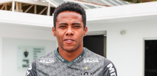 Elias posa após entrevista ao UOL Esporte; jogador deseja ficar no Atlético-MG