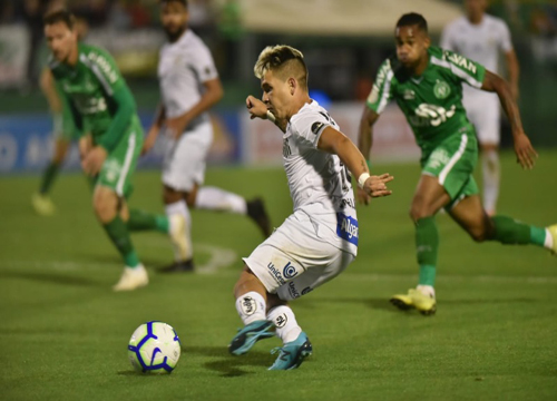 O único gol da partida foi contra, anotado por zagueiro da chapecoense. (Foto: SantosFC)