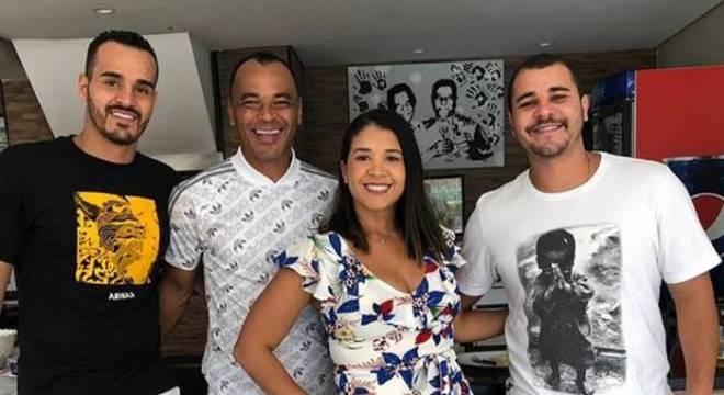 Danilo, à direita, de camiseta branca na imagem, tinha apenas 30 anos. Foto: Instagram de Cafu
