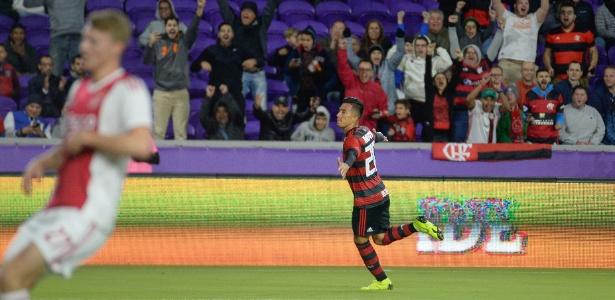 Uribe, do Flamengo, comemora um de seus gols sobre o Ajax. Foto: Alexandre Vidal/Flamengo.com.br