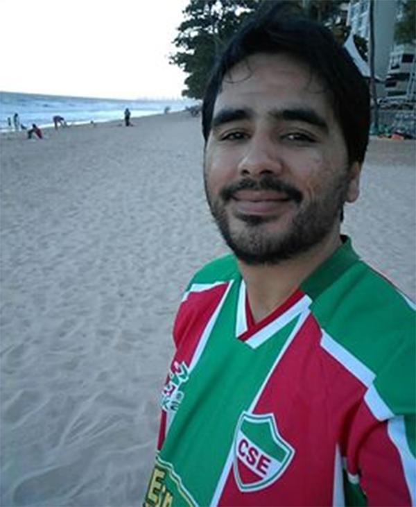 Leandro e a camisa do CSE, de Palmeira dos Índios (AL), onde Graciliano Ramos foi prefeito. Foto: Arquivo Pessoal