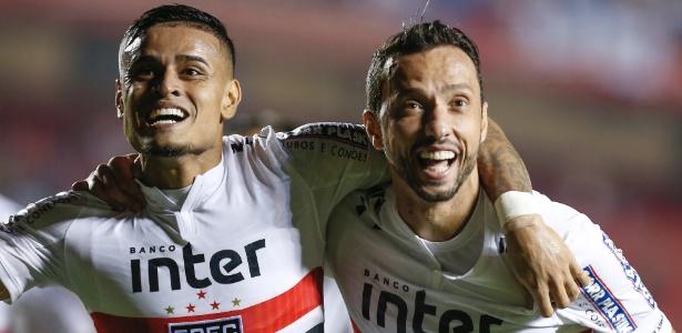Everton e Nenê, com o uniforme número 1 antigo do São Paulo