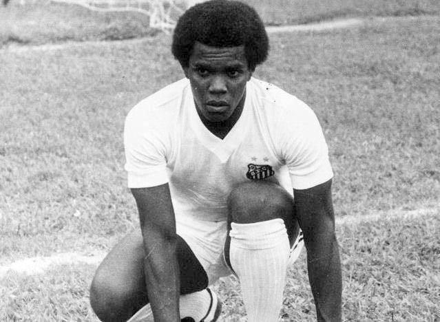 Cláudio Adão com a camisa do Santos, nos anos de 1970