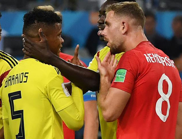 Henderson e Barrios, um dos desentendimentos do jogo Inglaterra x Colômbia. Foto: AFP PHOTO/YURI CORTEZ/Via UOL