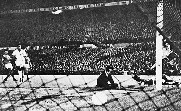 Equipe comandada por Pelé massacrou o Benfica em Lisboa, por 5 a 2. Foto: Divulgação