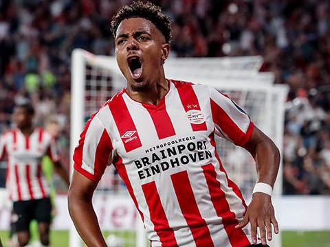 Atacante do PSV, Donyell Malen, é avaliado pelo Barcelona para ocupar a vaga de Suárez no futuro (Foto: PSV/Divulgação)
