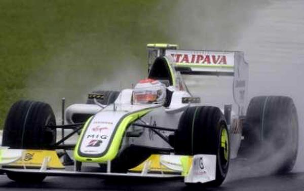 Com a Brawn-GP, piloto fez uma volta brilhante no asfalto molhado de Interlagos. Foto: Divulgação