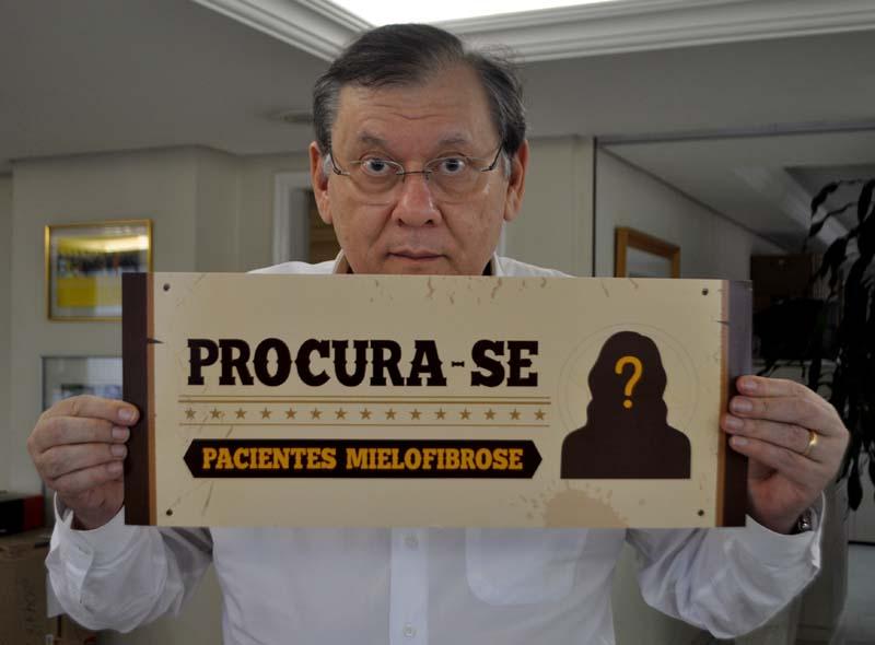 Jornalista posou com a placa na redação do Portal Terceiro Tempo. Foto: Kennedy Andres/Portal TT
