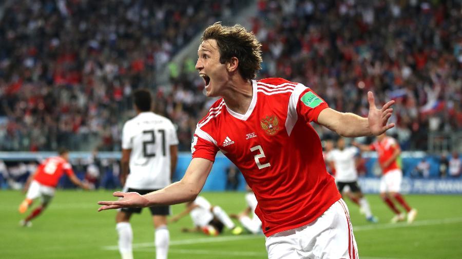 Mário Fernandes comemora gol da Rússia em jogo contra o Egito