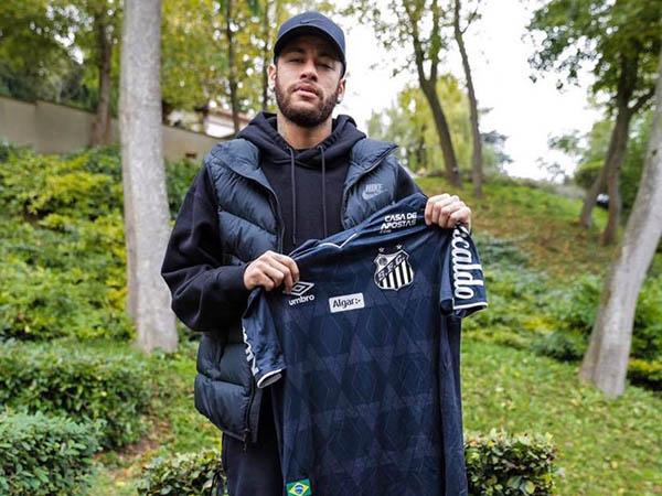 Presenteado com a nova camisa do Santos, Neymar se disse honrado (Foto: Reprodução)