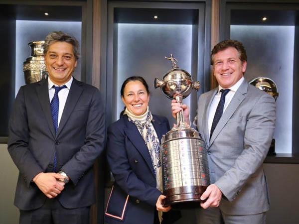 Presidente da ANFP (à esquerda) garante que final da Libertadores será em Santiago (Foto: Divulgação)