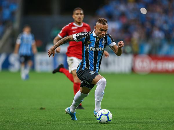Atacante gremista é desejado pelo diretor esportivo do PSG (Foto: Lucas Uebel/Grêmio)