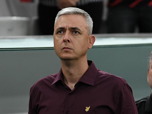 No comando do Furacão, o treinador conquistou a Sul-Americana e Copa do Brasil. Foto: Athletico-PR/Divulgação