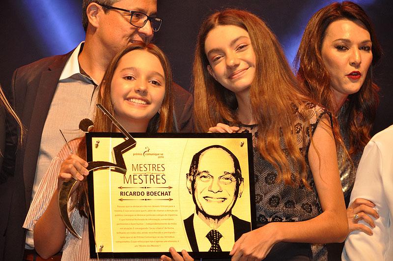 Catarina e Valentina, filhas de Boechat, subiram ao palco. Foto: Marcos Júnior Micheletti/Portal TT