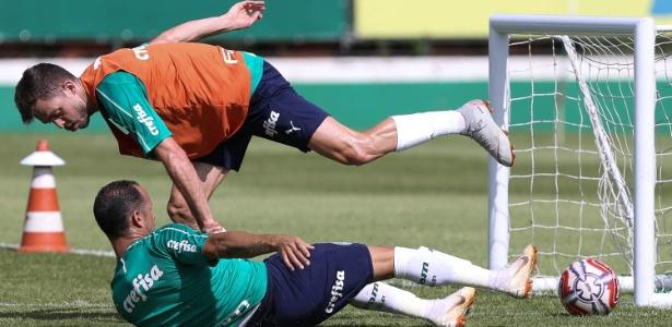 Guerra dá carrinho em Hyoran durante treinamento do Palmeiras. Foto: Cesar Greco/Ag. Palmeiras/Divulgação/Via UOL
