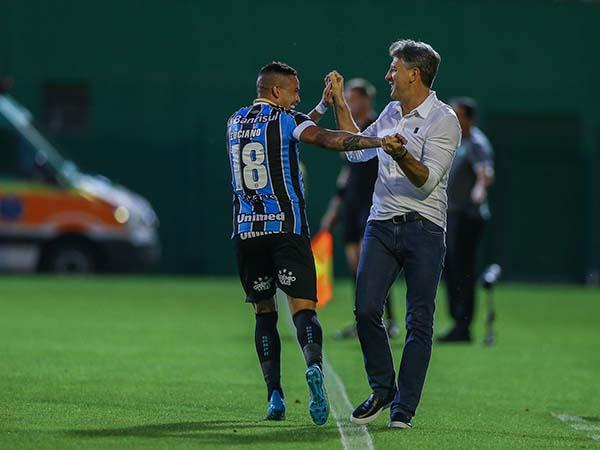 Luciano marcou de bicicleta e receberá um carro de Renato. Foto: Lucas Uebel/Grêmio FBPA