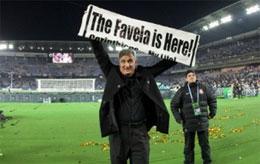 O primeiro grande título de Tite foi a Copa do Brasil de 2001 com o Grêmio, batendo o Corinthians no Morumbi. Depois de uma lacuna de conquistas, o treinador gaúcho conseguiu sua primeira glória ?além das fronteiras? com a Copa Sul-Americana de 2009, diri