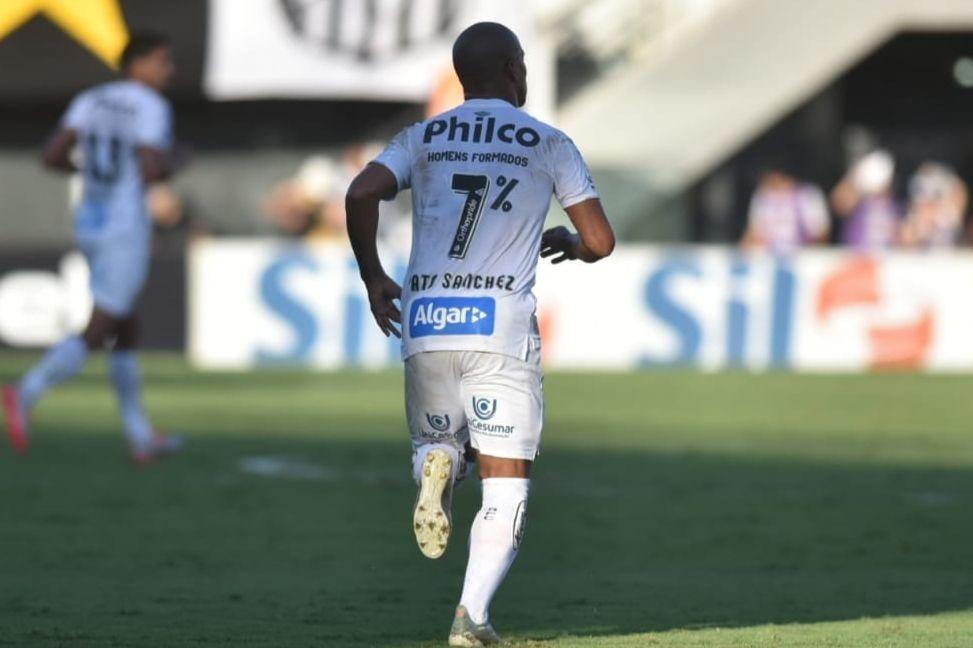 Sanchez abriu o placar para o Peixe pênalti. Foto: Twitter/Reprodução