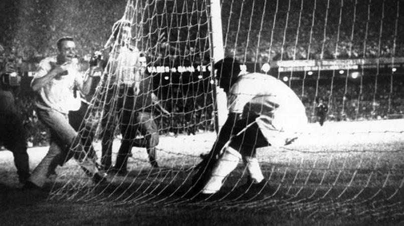 """O camisa 10 santista buscou a bola na meta vascaína. Geraldo Blota, o """"GB"""", foi o primeiro repórter a entrevistá-lo"""