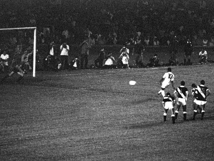 """Para muitos, é uma pena que um gênio acostumado a marcar gols das mais diferentes formas tenha feito seu mais famoso gol de uma maneira """"fácil"""": pênalti!"""