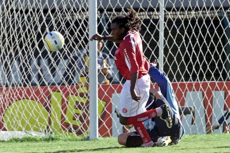 Jogador do Colorado foi derrubado por Fábio Costa. Foto: Keiny Andrade/Folha Imagem