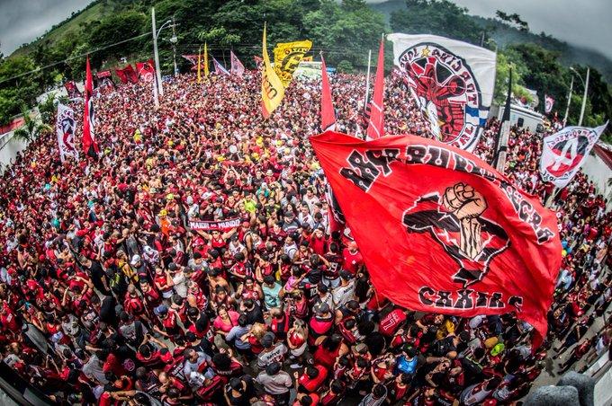 Delegação recebeu apoio dos torcedores. Foto: Twitter do Flamengo