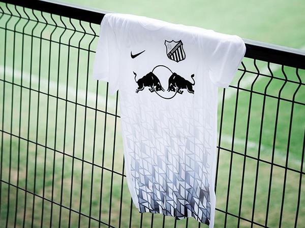 Icônico uniforme carijó foi relembrado pelo Bragantino. Foto: Divulgação