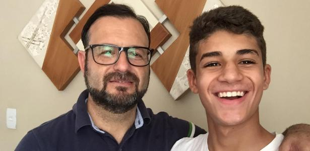 Renato Martins ao lado do filho Henrique Martins, atacante de 15 anos. Foto: Arquivo Pessoal