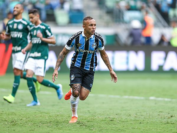 Jogador do Grêmio superou Coutinho e Ibrahimovic. Foto: Lucas Uebel/Grêmio FBPA