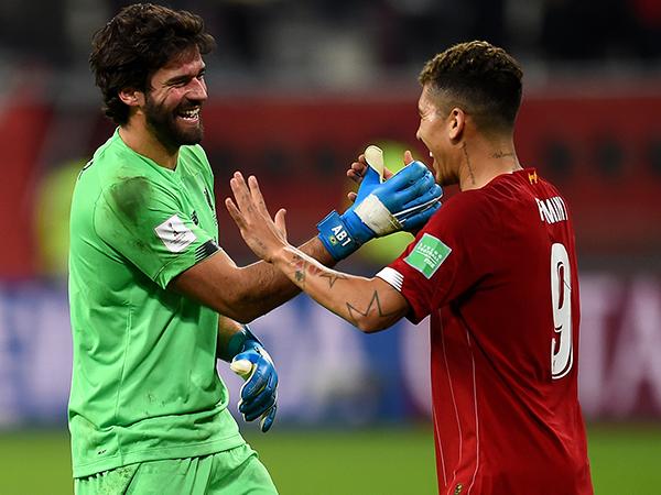 Ao lado de Firmino, Alisson garantiu classificação do Liverpool no Mundial. Foto: Liverpool/Divulgação