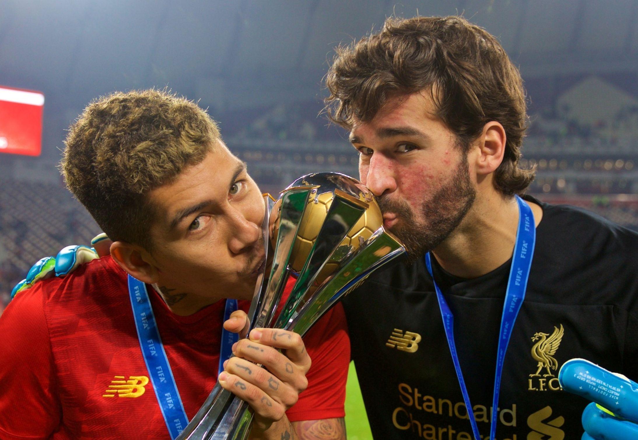 Ao lado de Firmino, goleiro brasileiro foi destaque no título do Liverpool. Foto: Twitter/Divulgação