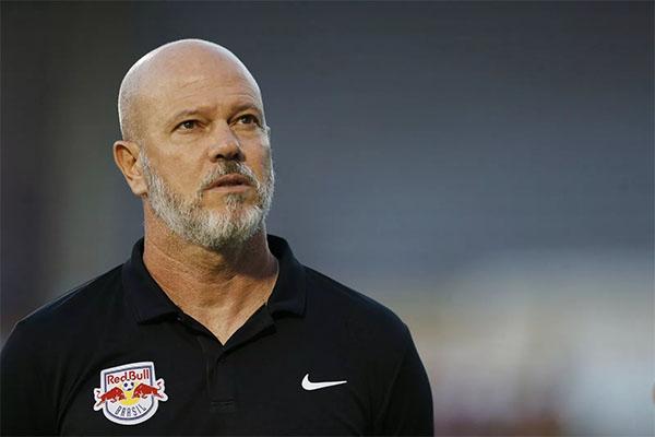 Treinador já avisou clube que pode acertar com time do Japão. Foto: Red Bull Media/Divulgação