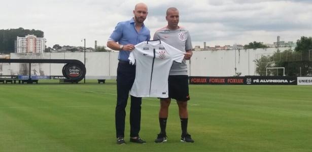 Emerson foi apresentado no Corinthians ao lado do gerente Alessandro Nunes