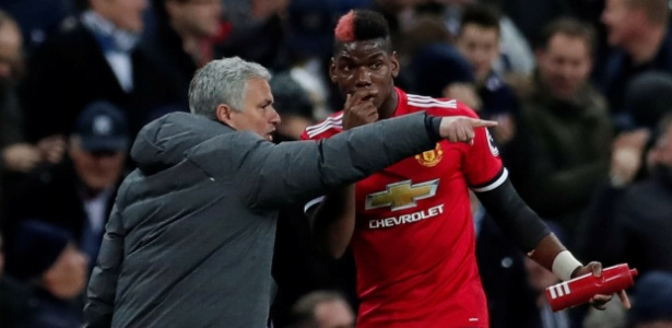 Mourinho (esq) teve fim de passagem conturbado no Manchester United