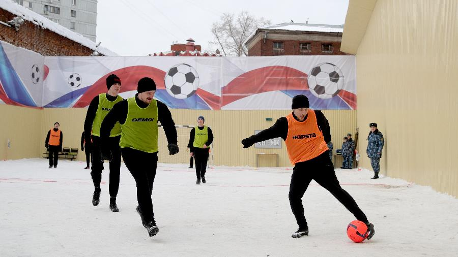 Volante do Krasnodar (colete laranja) jogou na neve; atacante Aleksandr Kokorin, também preso, ficou fora