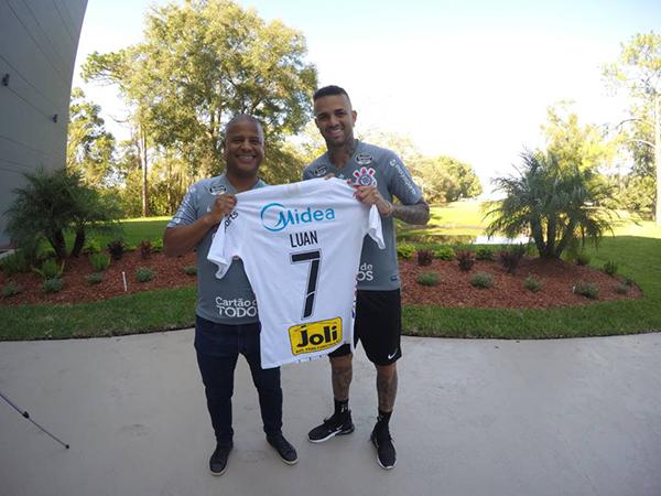 Ídolo alvinegro passou a mítica camisa ao principal reforço do Timão no ano. Foto: Corinthians/Divulgação
